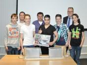 De winnaars met hun ontwerp en een aantal juryleden van Bosch Rexroth.